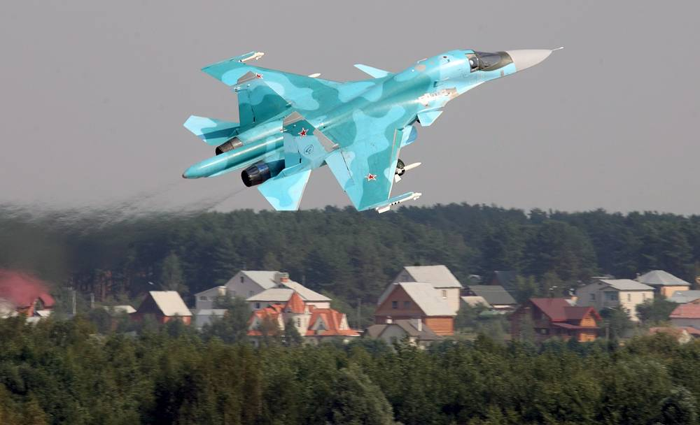 Russian Su-34 fighter jet during a flight in Zhukovsky, near Mosow, at the MAKS 2007 International Air Show