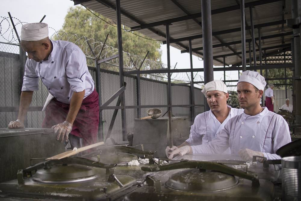 Russian cooks preparing food at Hmeimim airbase