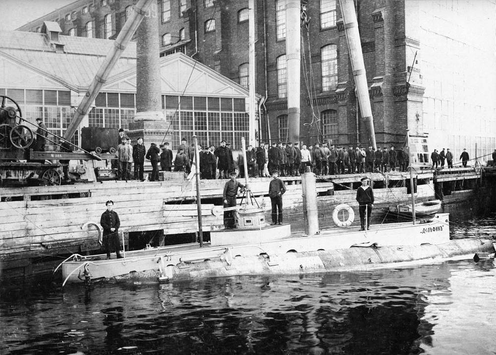 "Delfin submarine. Delfin (Russian: ""Dolphin"") was the first combat-capable Russian submarine, commissioned in 1903 and decommissioned in 1917, having served during World War I. The submarine was powered by one gasoline/electric motor. The ship was crewed by 22 men"