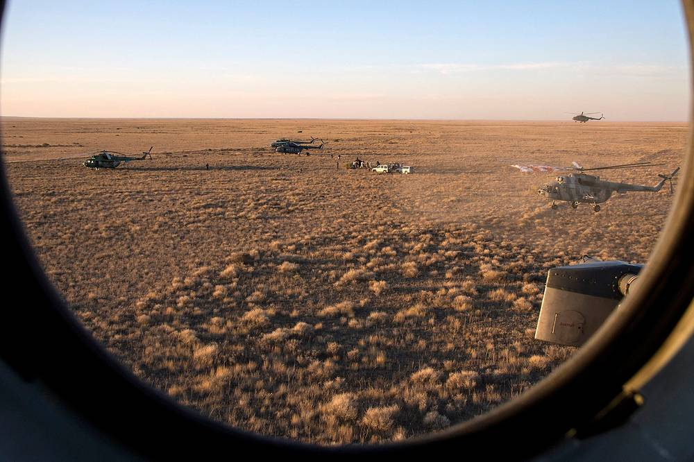 Russian Search and Rescue teams arrive at place where the Soyuz TMA-20M spacecraft shortly after it landed with Expedition 48 crew members, Kazakhstan, September 7