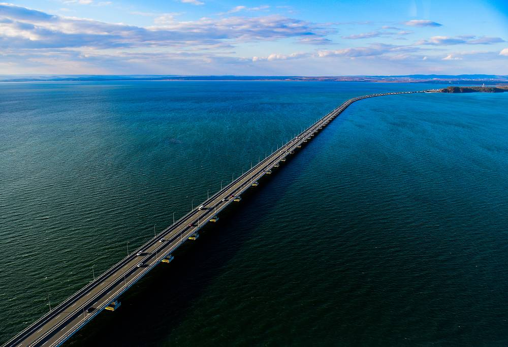 A 4-km low-level bridge across the Amur Bay