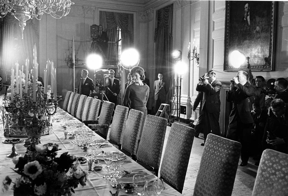 US first lady Jacqueline Kennedy directed a very extensive and historic redecoration of the house. Photo: Jacqueline Kennedy checks the table setting of White House gold service in the state dining room, 1962