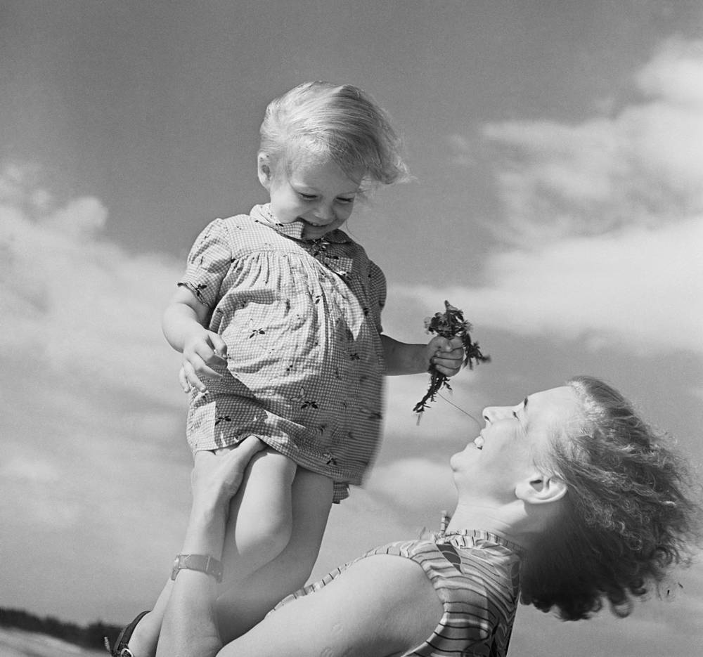 A mother holding her little daughter, 1969