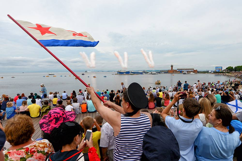 People at the Russian Navy Day parade in the Amur Bay waters in Vladivostok