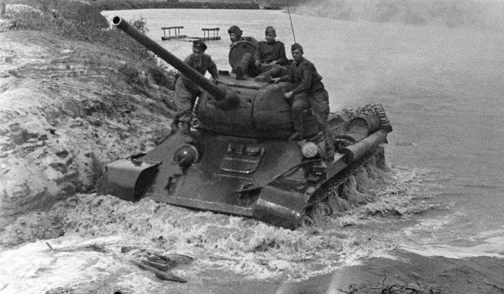 In 1944, a second major version began production, the T-34-85, with a larger 85 mm gun intended to deal with newer German tanks. Photo: A T-34-85 Soviet tank crossing a river, 1944