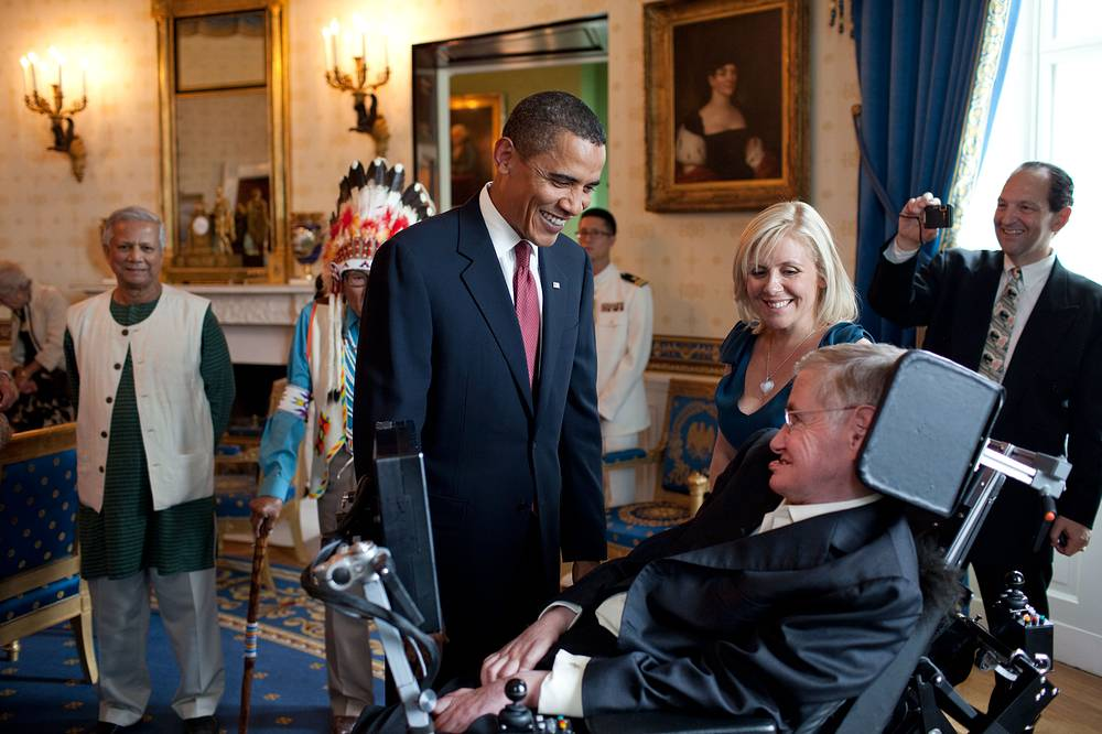 Hawking was a recipient of the Presidential Medal of Freedom, the highest civilian award in the United States. Photo: USt President Barack Obama talks with Stephen Hawking, 2009