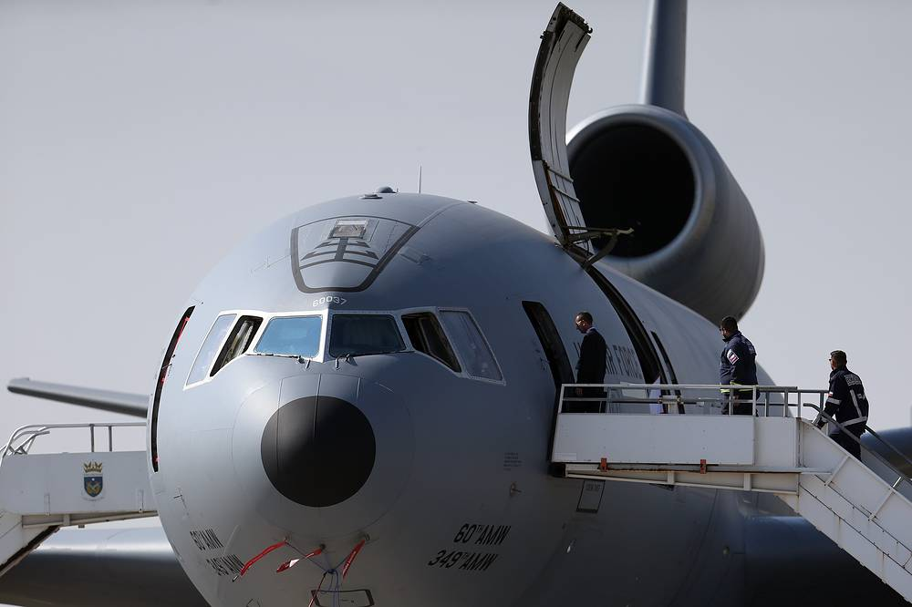 People visit the US airplane DC-10-30CF