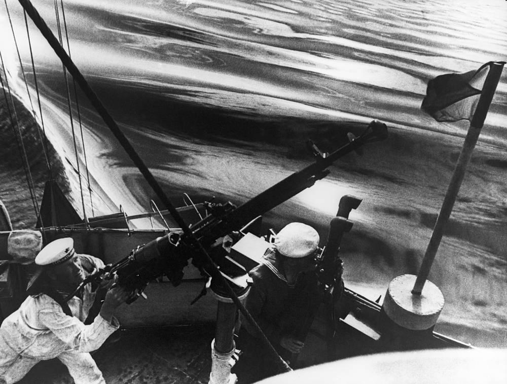 Sailors of the Black Sea Fleet observe enemy positions, 1942