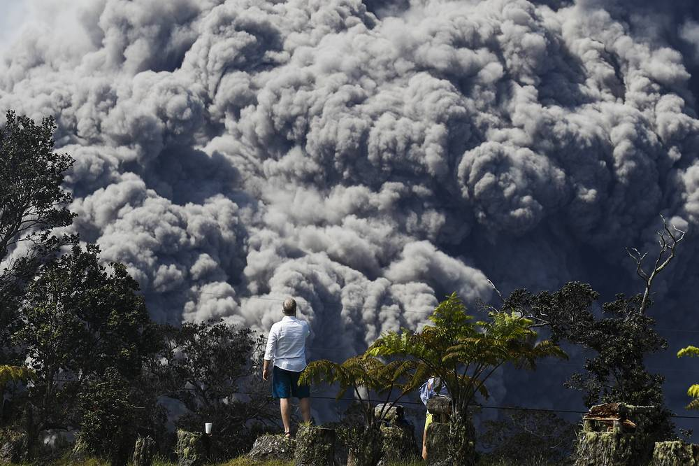 A huge ash plume rises from the summit of Kiluaea volcano