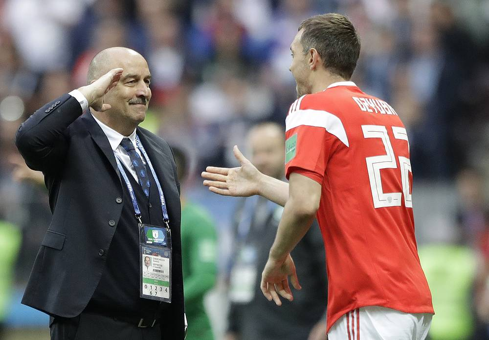 Russia head coach Stanislav Cherchesov salutes to goal scorer Russia's Artyom Dzyuba during the group A match between Russia and Saudi Arabia at the Luzhniki stadium in Moscow