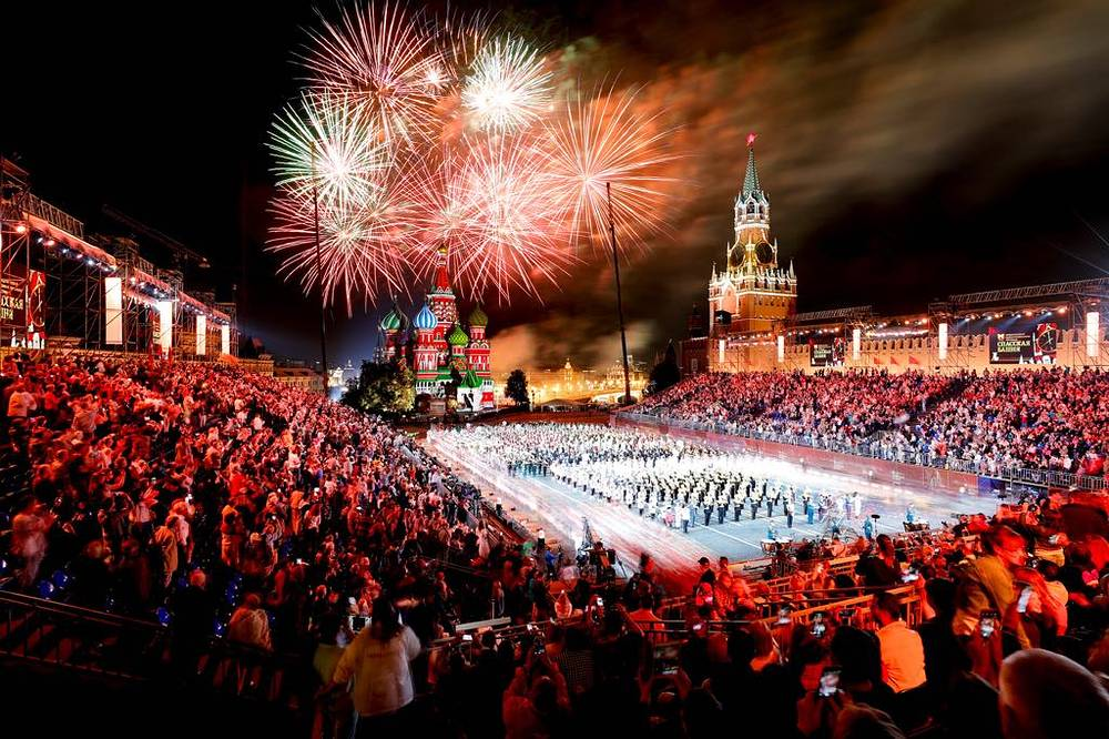 Fireworks illuminate the sky during the closing of 2018 Spasskaya Tower International Military Music Festival at the Red Square in Moscow, September 2