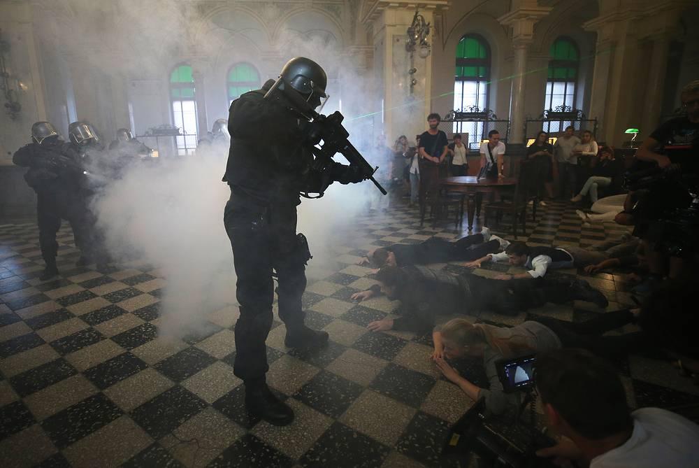 Shooting a scene of the film Milliard [Billion] by Roman Prygunov, Saint Petersburg, September 8