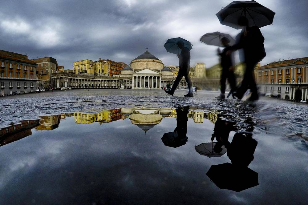 Heavy rains had battered Italy from north to south on October 21 with even hailstorms been reported in Rome. Photo: Pedestrians are seen in downtown Naples