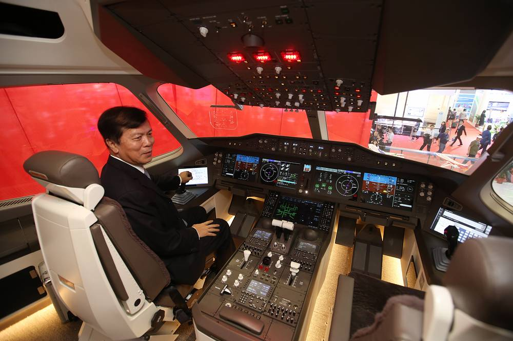 CR929 passenger jet will be designed to have 280 seats with the endurance of 12,000 kilometers in the basic version. Photo: A man in the cockpit of the mock-up of the CRAIC CR929 airliner