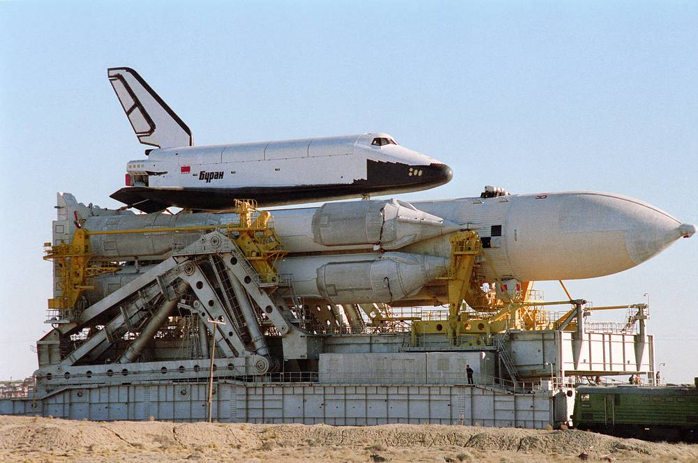 Transportation of the launch vehicle Energia with the Buran spacecraft to the launch pad, 1988