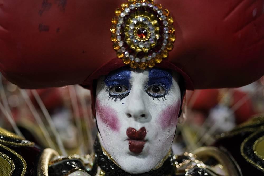 A performer from the Viradouro samba school
