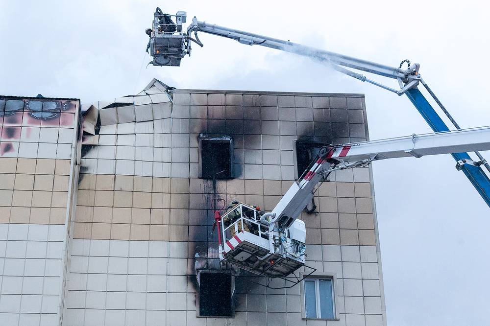 Firefighters battling a fire at the Zimnyaya Vishnya shopping mall in Kemerovo, March 25, 2018