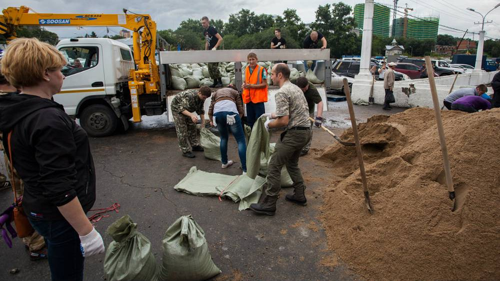 August 19. Volunteers erect embankments in downtown Khabarovsk. Photo Itar-Tass/ Dmitry Morgulis
