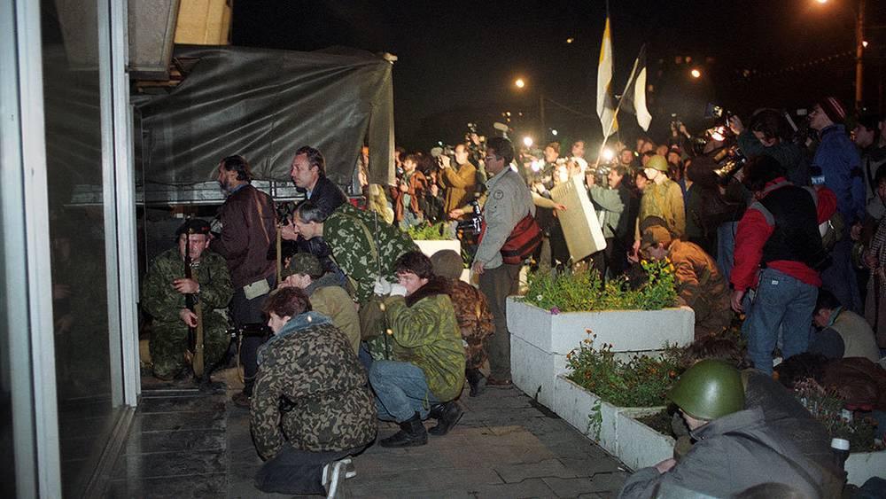 Crowd in front of the Ostankino televisino center. Photo ITAR-TASS/ Anatoliy Morkovkin