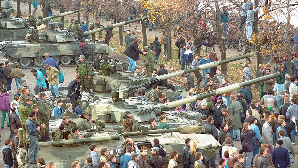 Tanks in front of the White House. Photo AP Photo/Alexander Zemlianchenko