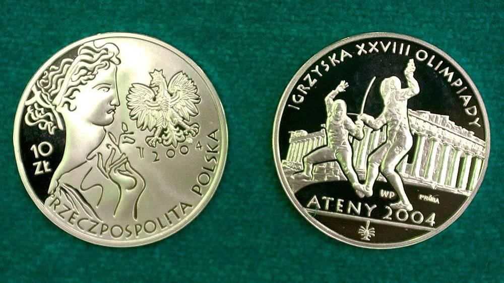 Памятные монеты, выпущенные в Польше, посвященные летним Олимпийским играм 2004 в Афинах. Фото AP Photo/Alik Keplicz