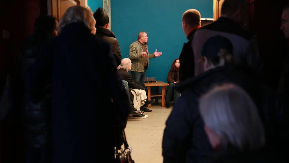 Иосиф Райхельгауз с актерами театра после пожара. Фото ИТАР-ТАСС/Павел Смертин