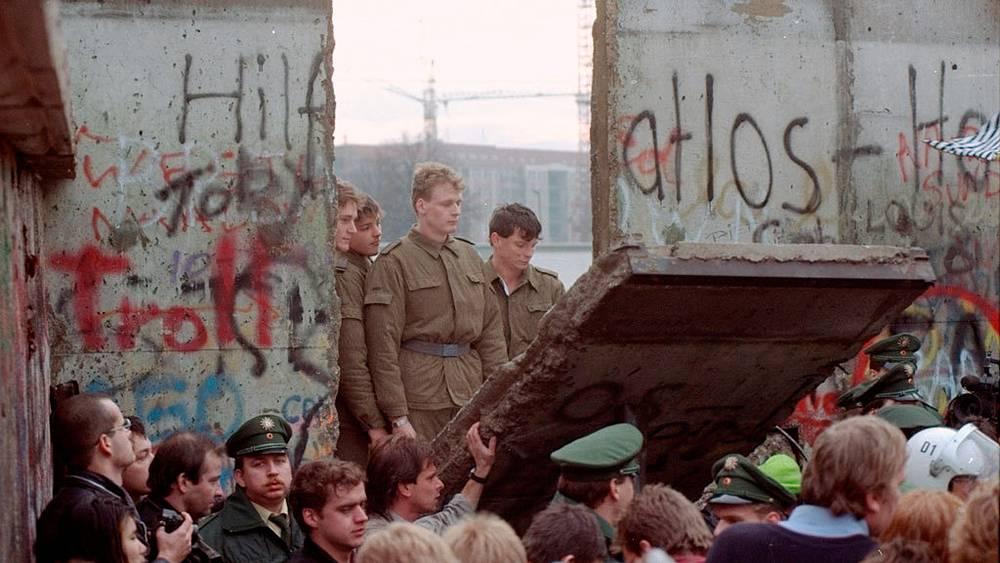 Пограничники ГДР наблюдают за сломом стены. 11 ноября 1989. Фото АР/Lionel Cironneau