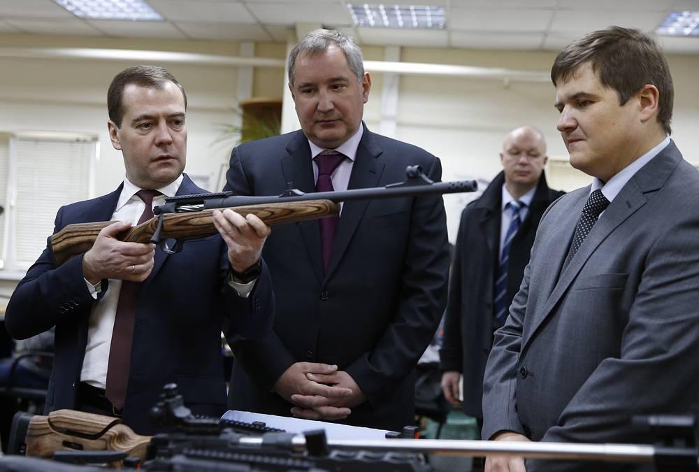 Премьер-министр РФ Дмитрий Медведев и вице-премьер РФ Дмитрий Рогозин