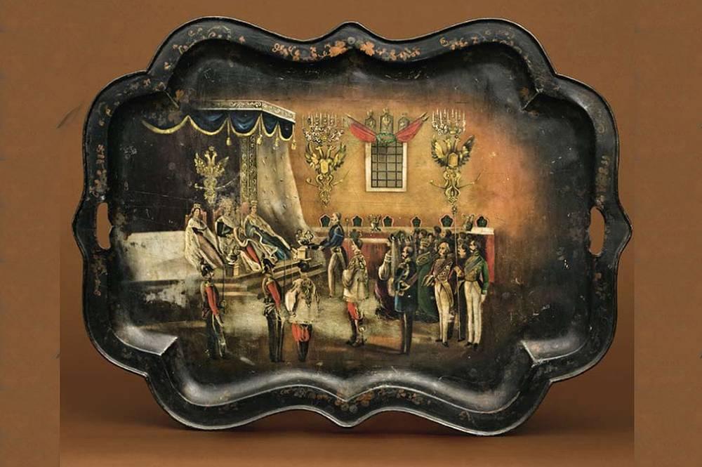 Поднос. Нижний Тагил, 1850-1860-е гг. Железо, ковка, роспись, лак. Торжественный прием императора Александра II в Тронном зале Кремля по случаю коронации