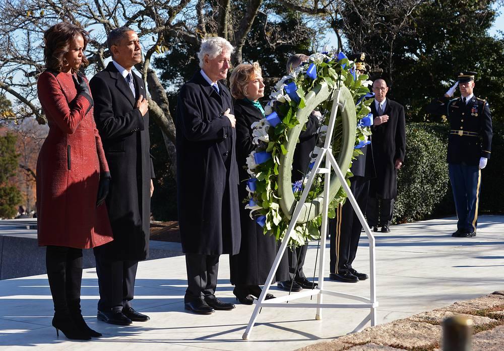 Барак и Мишель Обама, Билл Клинтон на Арлингтонском кладбище, где похоронен Джон Кеннеди, 20 ноября 2013
