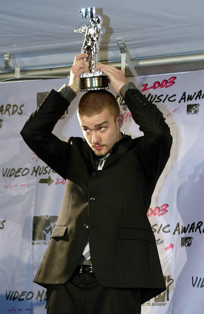 Джастин Тимберлейк 28 августа 2003 с призом MTV Video Music Awards.