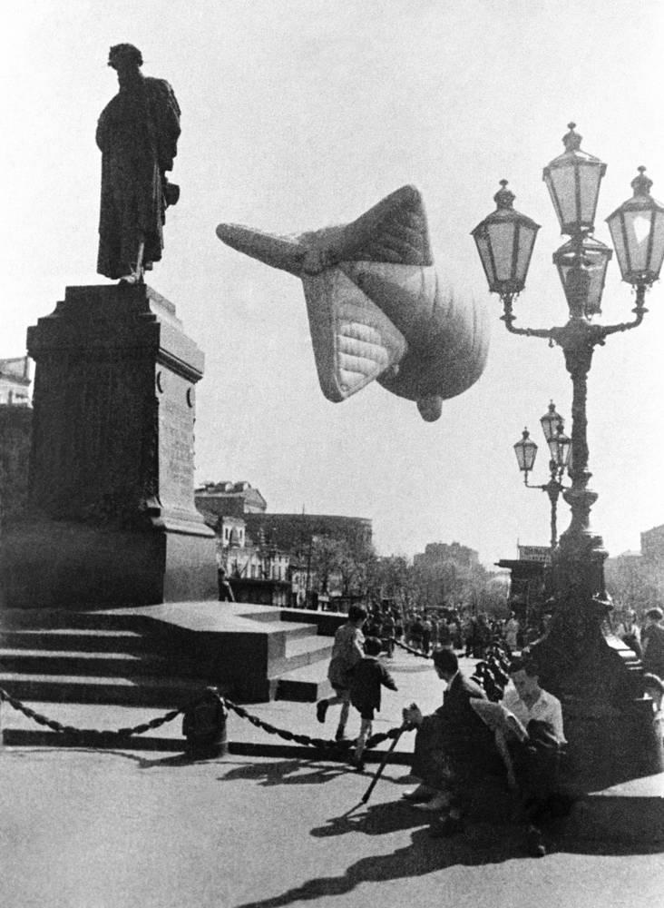 Аэростат ПВО на Пушкинской площади во время Великой Отечественной войны, 1941 г.