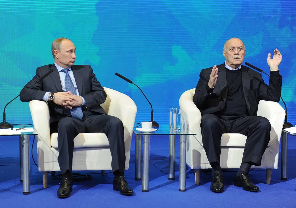 Президент РФ Владимир Путин и сопредседатель центрального штаба ОНФ, режиссер Станислав Говорухин