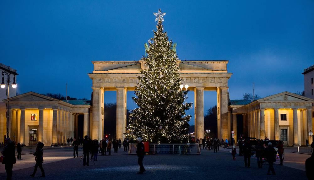 Рождественская ель у Бранденбургских ворот в Берлине