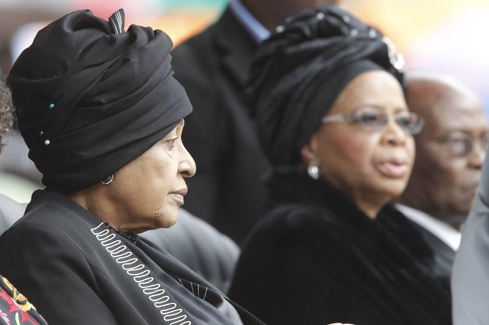 Бывшая супруга Нельсона Манделы Винни Мандела (слева) и вдова Граса Машел