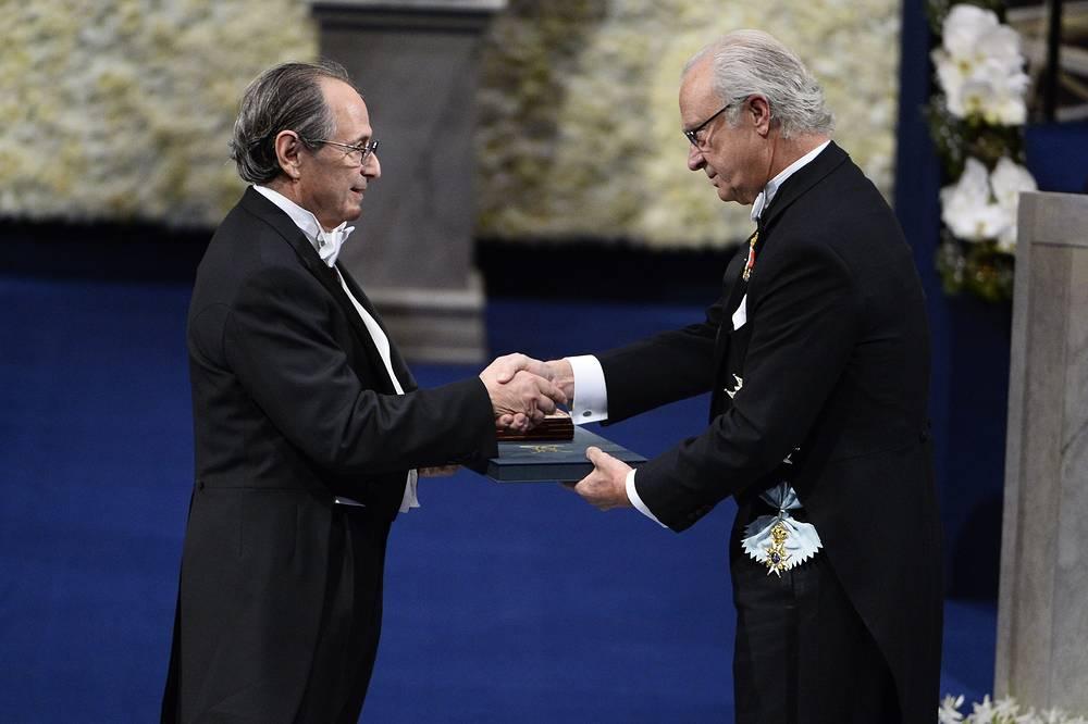 Король Швеции Карл XVI Густав /справа/ вручает Нобелевскую премию в области химии Майклу Левиту