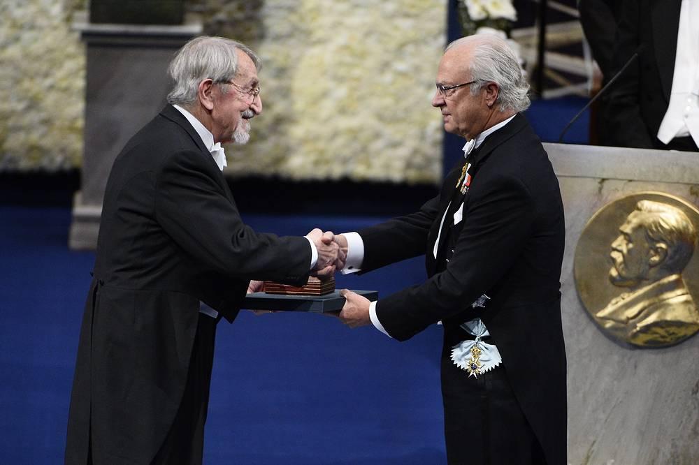 Король Швеции Карл XVI Густав /справа/ вручает Нобелевскую премию в области химии Мартину Карплусу