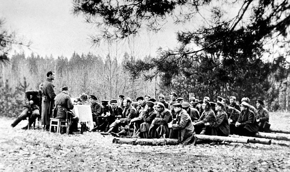 Командиры партизанских отрядов принимают решение о создании партизанского края.1942 г.