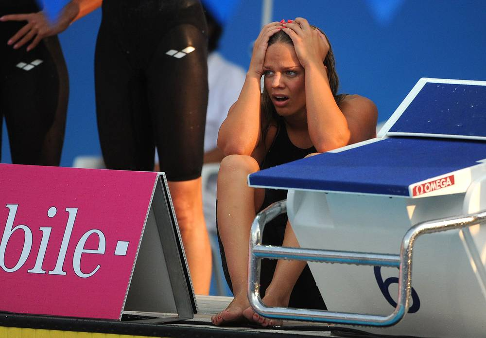 Юлия Ефимова после сообщения о золотой медали, Будапешт, 2010