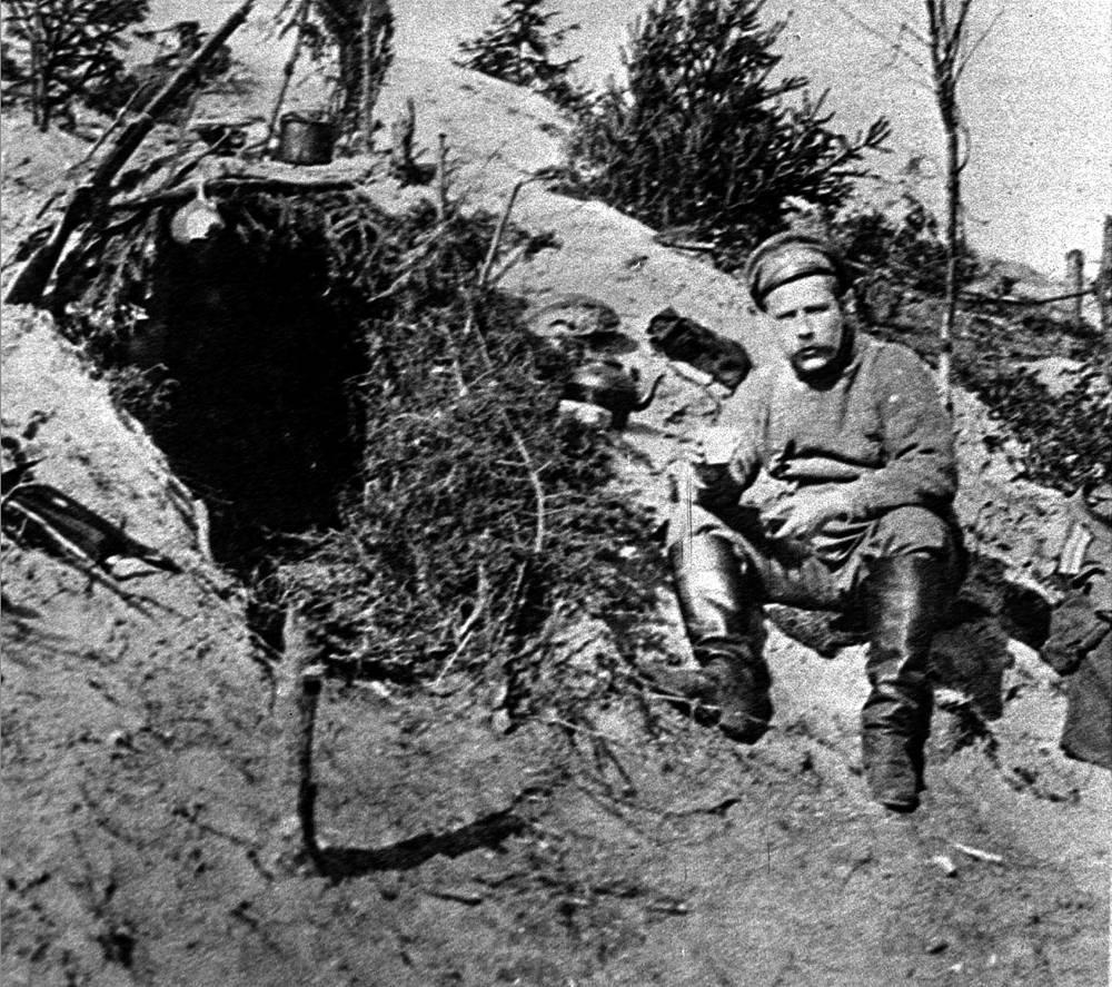 Журналист Л.А.Соколинский на позициях у своей землянки. 1915 год