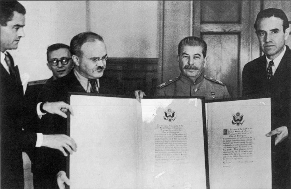 Посол США А.Гарриман передает грамоты президента Ф.Рузвельта Ленинграду и Сталинграду. 1944 г.