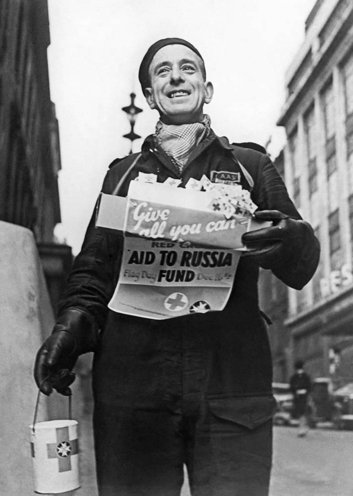 Великобритания. Член английского Красного Креста за сбором средств в фонд помощи России.