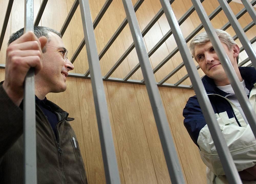 """16 мая 2005. Экс-глава """"ЮКОСа"""" Михаил Ходорковский и глава МФО """"Менатеп"""" Платон Лебедев (слева направо) во время оглашения приговора в Мещанском суде."""