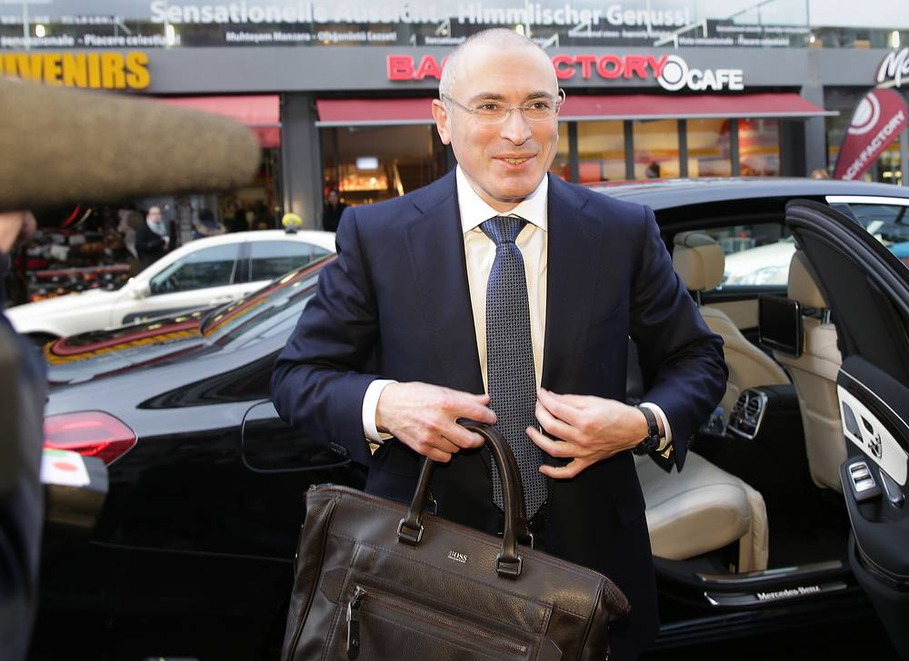 Михаил Ходорковский перед началом пресс-конференции