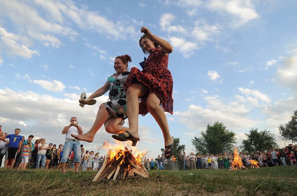 Жители станицы Кагальницкая Ростовской области во время празднования дня Ивана Купалы. 6 июля 2013 года