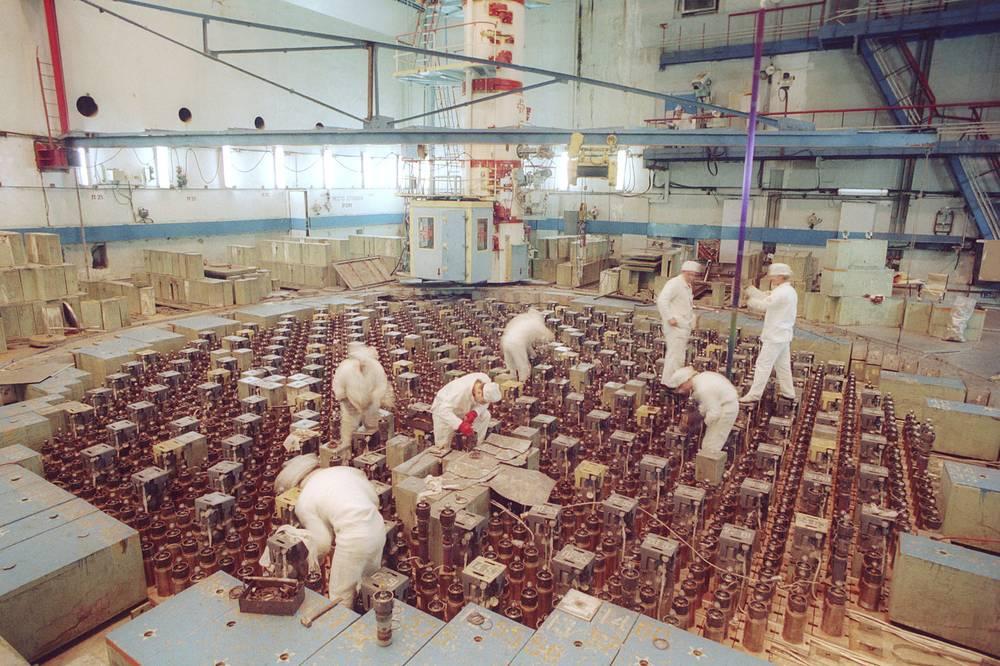 Загрузка топлива на реакторе блока № 3 на ЛАЭС имени Ленина во время плановой остановки.1991 г.