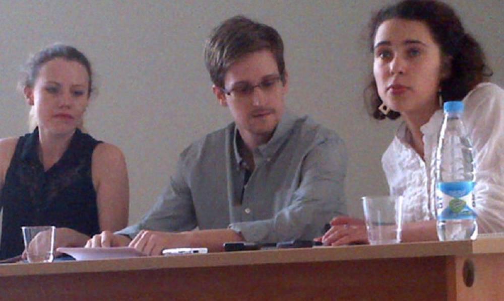 Бывший сотрудник ЦРУ Эдвард Сноуден на встрече с правозащитниками в аэропорту Шереметьево
