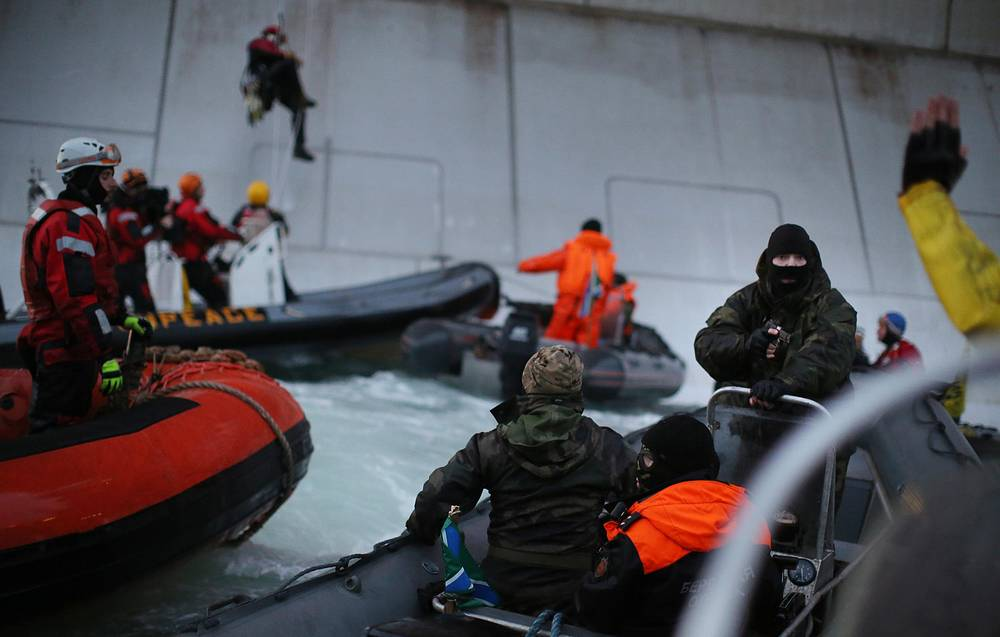 """Задержание активистов Greenpeace во время акции протеста у нефтедобывающей платформы """"Приразломная"""" в Печорском море"""