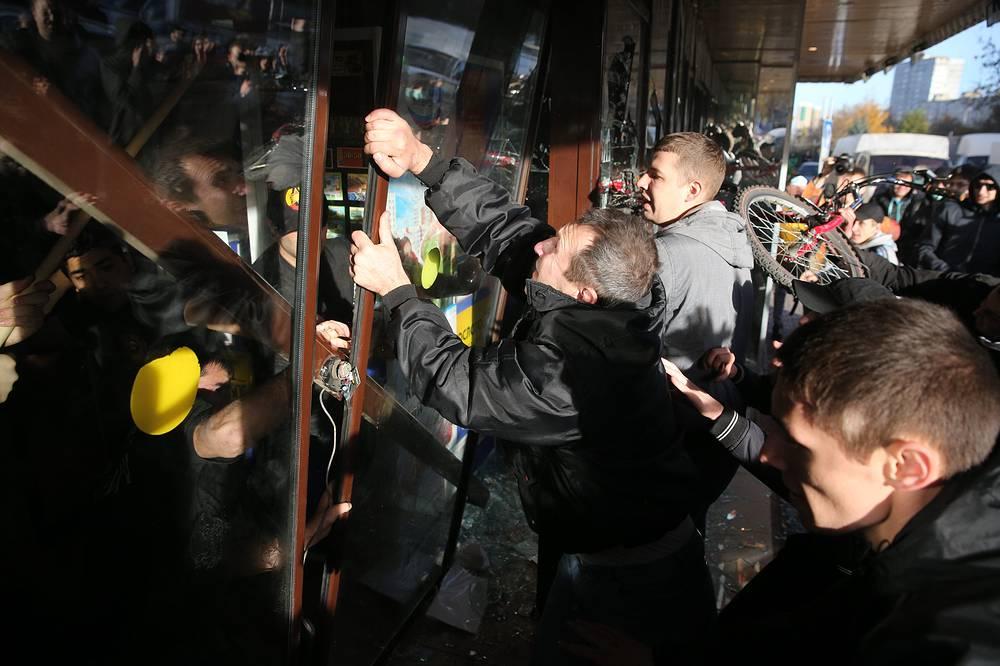 """Беспорядки у торгового центра """"Бирюза"""" в московском районе Бирюлево Западное"""