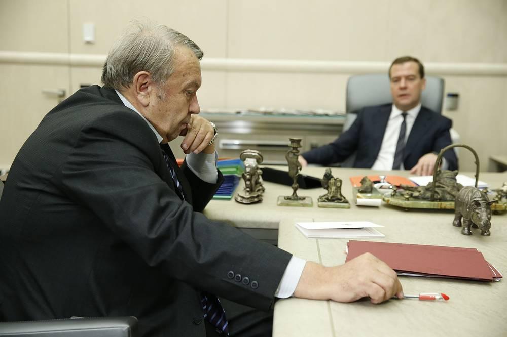 Президент РАН Владимир Фортов и премьер-министр России Дмитрий Медведев во время встречи в Доме правительства